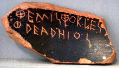 Lorsque l'ostracisme était demandé, les citoyens écrivaient les noms sur des morceaux de poterie.