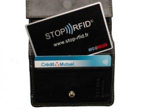 Un NFC Killer dans le porte-feuille, qui désactive l'antenne NFC de la carte.